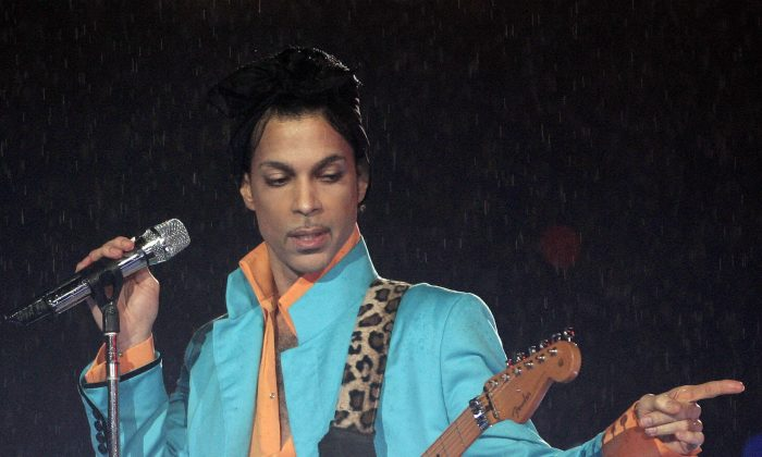 US musician Prince performs during half-time 04 February 2007 at Super Bowl XLI at Dolphin Stadium in Miami between the Chicago Bears and the Indianapolis Colts.     AFP PHOTO/Jeff HAYNES (Photo credit should read JEFF HAYNES/AFP/Getty Images)