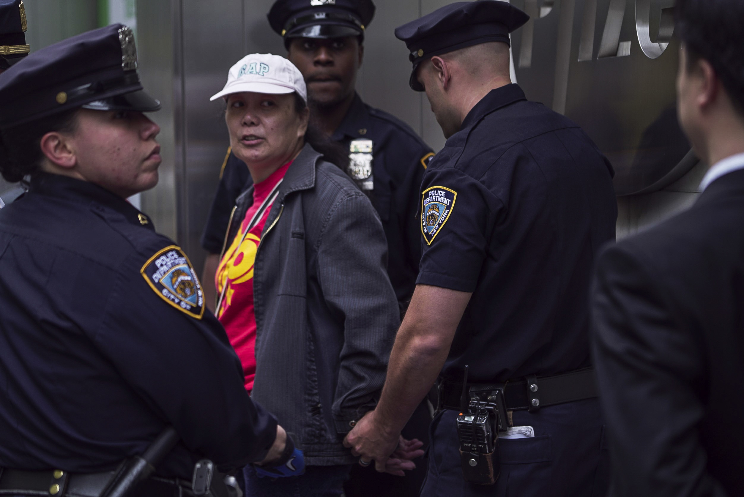 Li Huahong, a proxy agent of the Chinese regime, is arrested by police officers in New York City on May 13, 2016. (Provided by a reader)