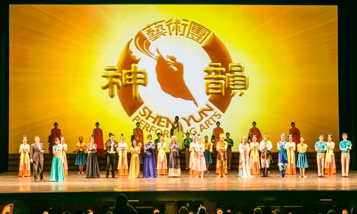 Shen Yun Performing Arts New York Company's curtain call at The Kennedy Center Opera House on Feb. 21, 2016. (Lisa Fan/Epoch Times)