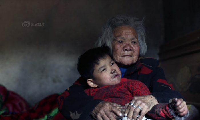 Xiao Qin and her 76 year old grandmother. (via Visual China)