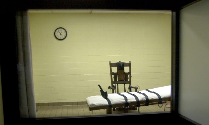 A view of the death chamber from the witness room at the Southern Ohio Correctional Facility shows an electric chair and gurney August 29, 2001 in Lucasville, Ohio.  he state of Ohio is one of the few states that still uses the electric chair, and it gives death row inmates a choice between death by the electric chair or by lethal injection. (Photo by Mike Simons/Getty Images)