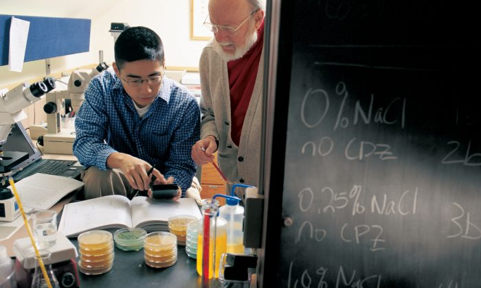 Dr. William Campbell (R) works one-on-one with a Drew University undergraduate student on real-world, scientific research as part of Drews Research Institute for Scientist Emeriti (RISE Program), through which senior scientists work directly with students in the lab. (Bill Denison/Drew University via Getty Images)