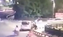 Watch: Woman Nearly Abducted in Public, Ignored by Passersby