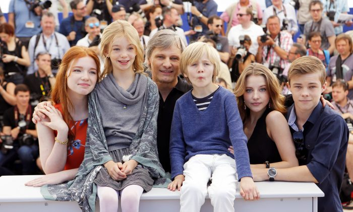 """Actors Annalise Basso, Shree Crooks, Viggo Mortensen, Charlie Shotwell, Samantha Isler and Nicholas Hamilton, from left, pose for photographers during a photo call for the film """"Captain Fantastic"""" at the 69th international film festival, Cannes, southern France, Tuesday, May 17, 2016. (AP Photo/Lionel Cironneau)"""