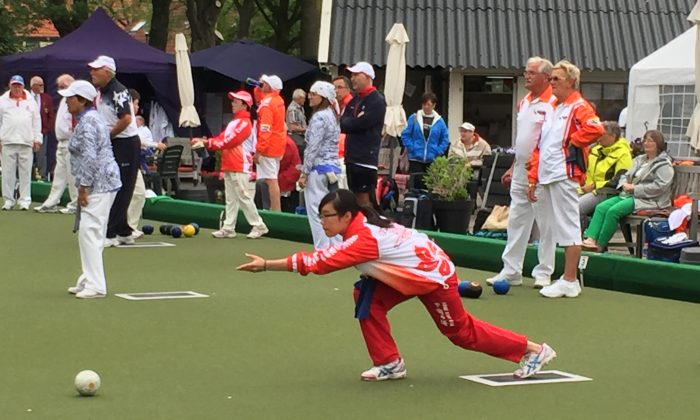 Hong Kong youngsters Gloria Ha (delivering) partnered with skipper Amy Choi to win a gold medal in the women's pairs at the Dutch Open 2016 last weekend, May 14-15. (HKLBA)