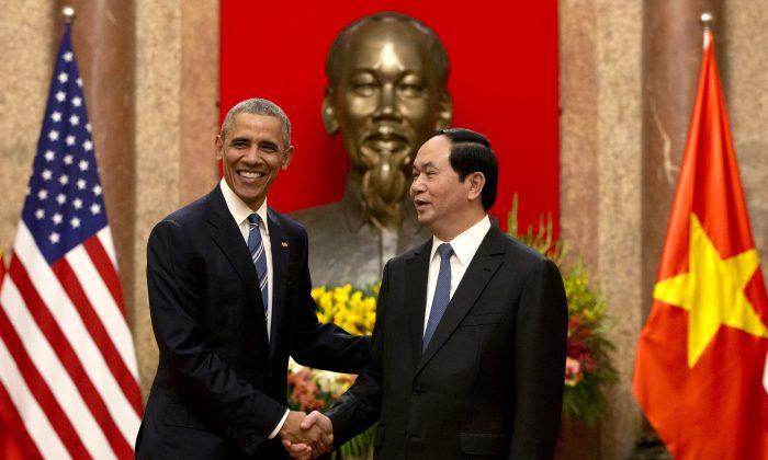 President Barack Obama (L) and Vietnamese President Tran Dai Quang at the Presidential Palace in Hanoi, Vietnam, on May 23, 2016. (AP Photo/Carolyn Kaster)