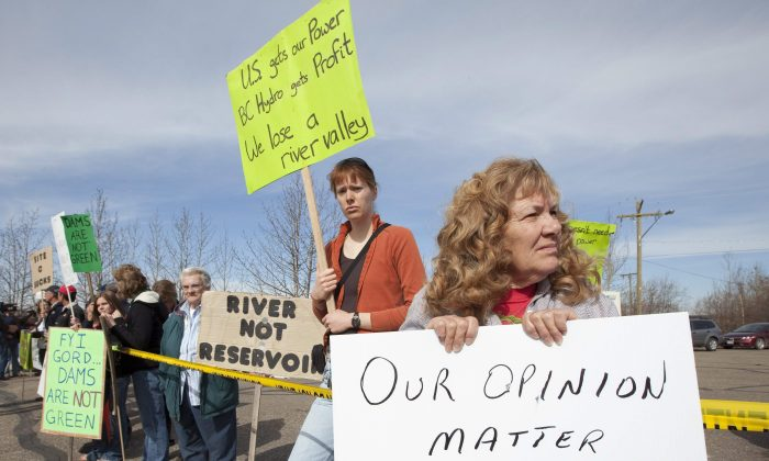Protesters demonstrate at the airport in Hudson's Hope, B.C., upon the announcement of the building of the Site C hydroelectric project, April 19, 2010. (The Canadian Press/Jonathan Hayward)