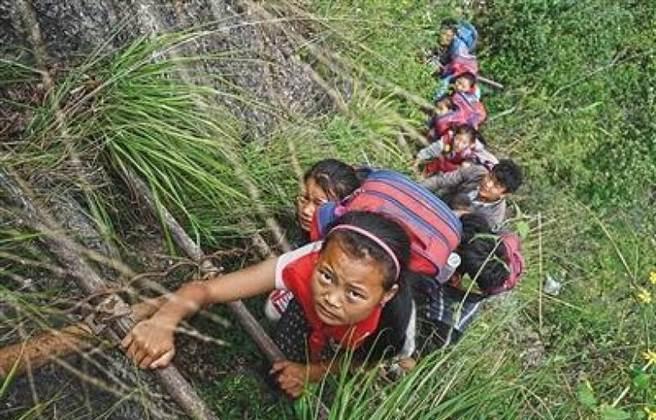 Children climbing on the ladder of the mountain. (via Beijing News)