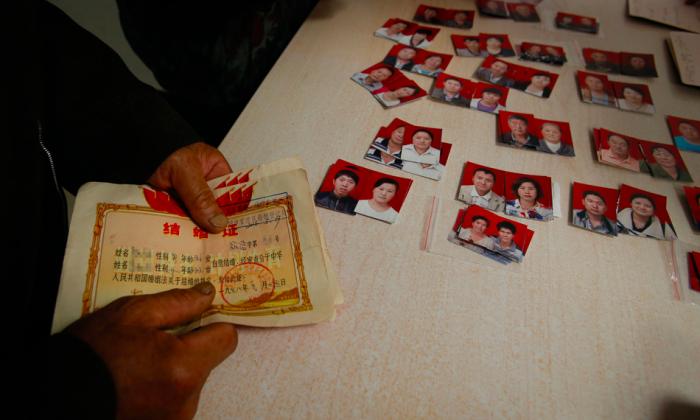 Photos taken for the divorce certificates. (via Visual China)