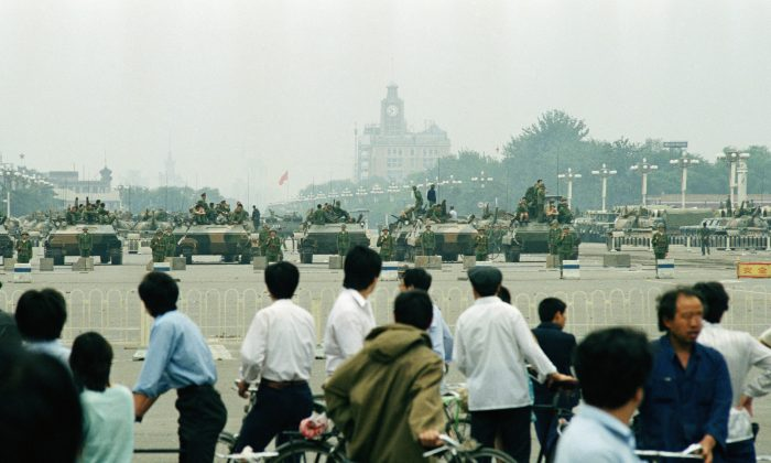 Crowds of Beijing residents watch the military block access  to Tiananmen Square  in Beijing on June 7, 1989. (AP Photo/Sadayuki Mikami)