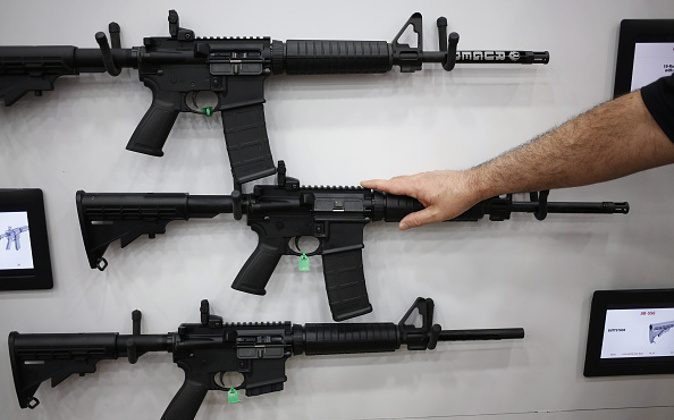 AR-15 rifles are displayed on the exhibit floor during the National Rifle Association (NRA) annual meeting in Louisville, Kentucky on May 20, 2016. (Luke Sharrett/Bloomberg)