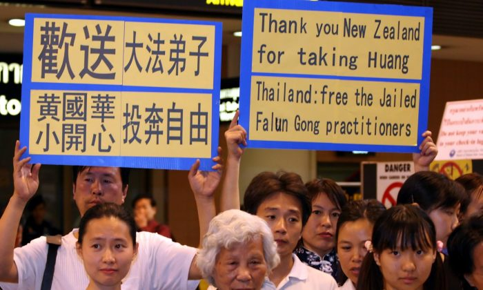 DON MUANG AIRPORT, BANGKOK: Supporters of Falun Gong practitioners imprisoned in Thailand sent a message to country officials at an impromptu airport press conference on Jan. 15, 2006. (The Epoch Times)