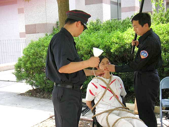 A Falun Gong demonstration in Chicago showing how Communist Party officials force-feed practitioners in prison (Minghui.org)