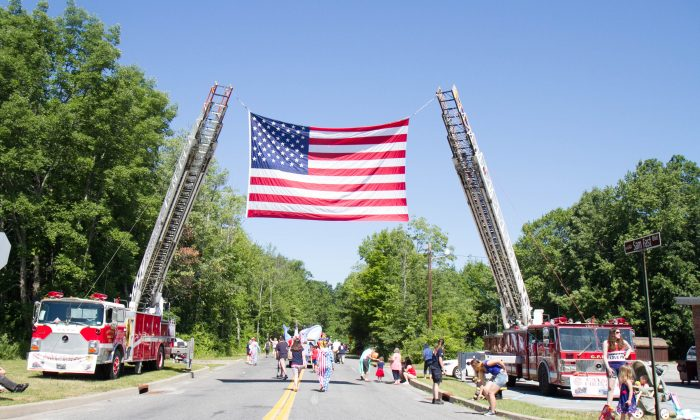 An American flag strung over Sam Fast Boulevard during the Fourth of July Parade in Circleville on July 4, 2016. (Holly Kellum/Epoch Times)