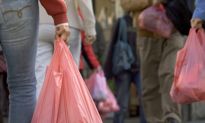 People walk with groceries in plastic bags in San Francisco, Calif., on March 28, 2007. (David Paul Morris/Getty Images)