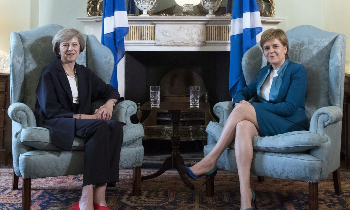 Britain's new Prime Minister Theresa May (L) meets with First Minister of Scotland, Nicola Sturgeon, at Bute House in Edinburgh, Scotland, on July 15, 2016. (AP Photo)