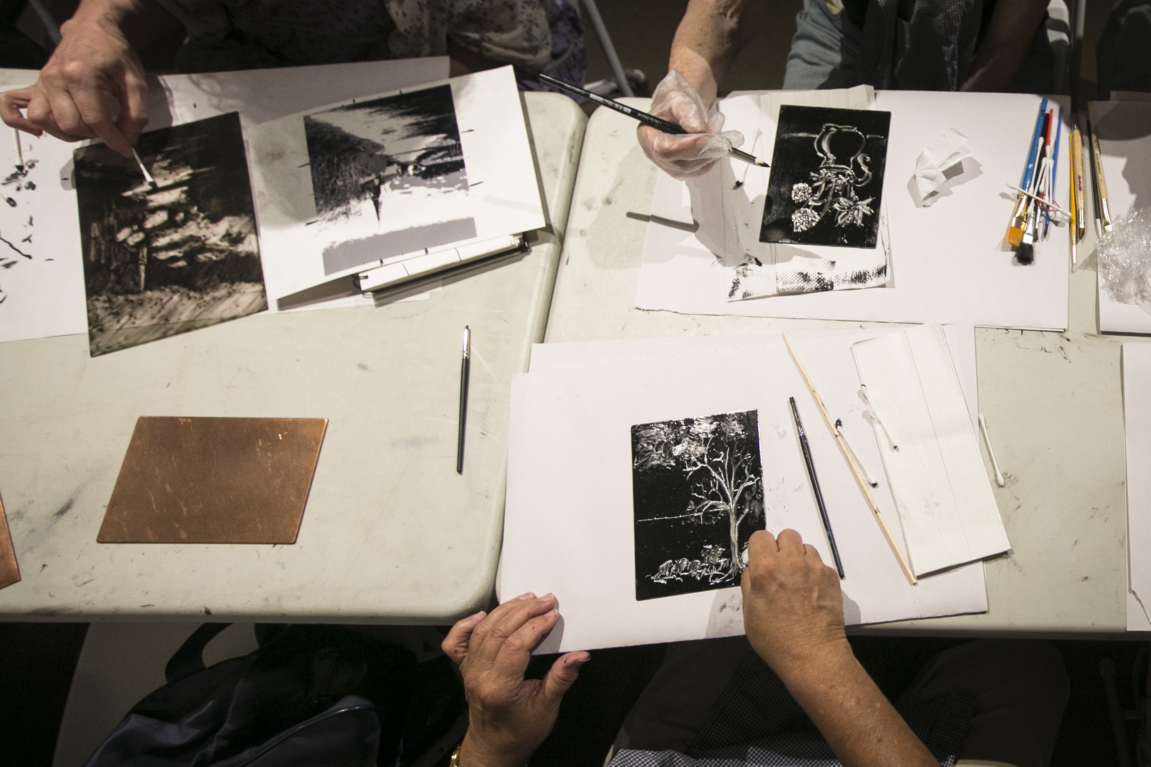 People create Monotype prints at the monthly monotype party of the Salmagundi Club in Greenwich Village, New York on July 12, 2016. (Samira Bouaou/Epoch Times)