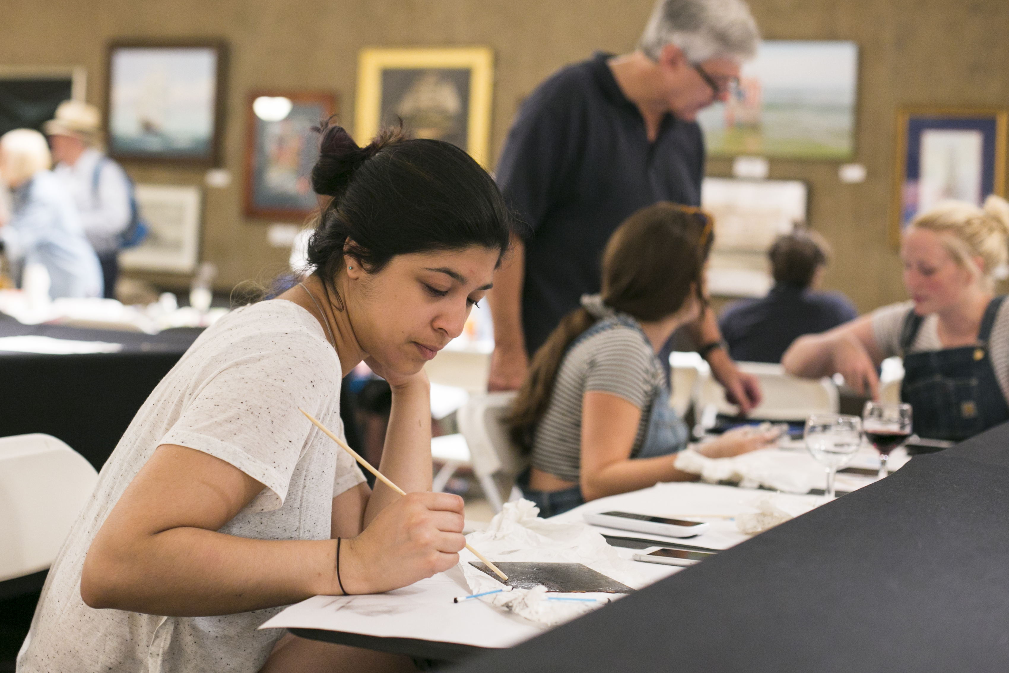 An artist from Chicago makes her first monotype at the Salmagundi Club on July 12, 2016. (Samira Bouaou/Epoch Times)