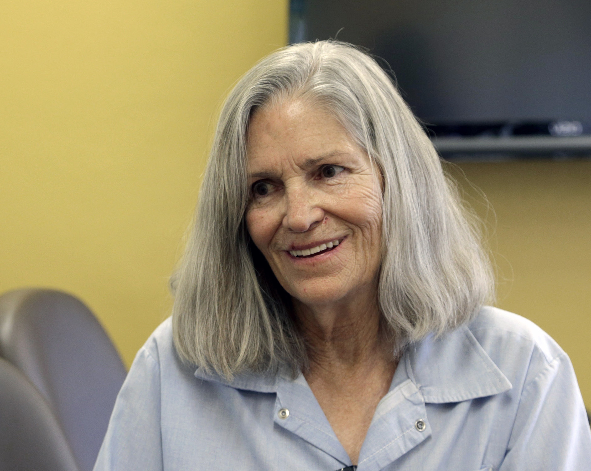 Former Charles Manson follower Leslie Van Houten confers, with her attorney Rich Pfeiffer (not shown), during a break from her hearing before the California Board of Parole Hearings at the California Institution for Women in Chino, Calif., on April 14, 2016. (AP Photo/Nick Ut)
