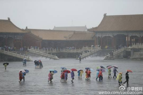 Tourists streaming into the ancient Forbidden City in Beijing on July 20, as the violent rainstorm paralyzed the capital of China. (Weibo.com)