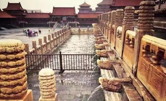 The drainage holes of the Forbidden City, an architecture that has stood for hundreds of years in China. (Weibo.com)