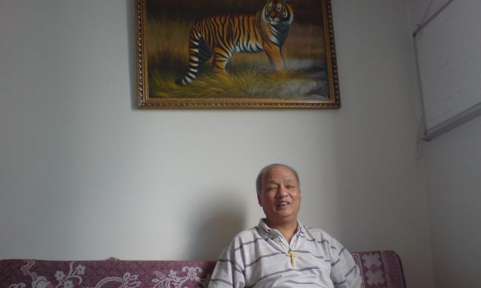 Renowned Chinese human rights lawyer Zheng Enchong in his Shanghai home in Sept. 2014. (Epoch Times)