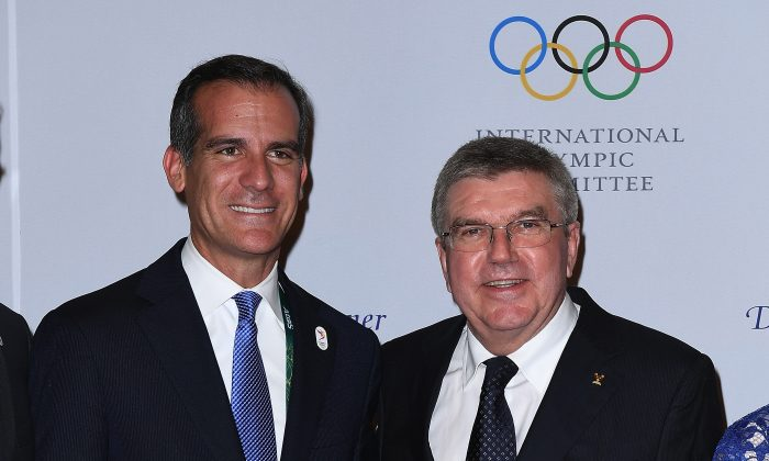 Los Angeles Mayor Eric Garcetti stands with International Olympic Committee President Thomas Bach during a photo opportunity as they arrive for the President's dinner at the Windsor Convention Center in Rio de Janeiro on August 4, 2016 in Rio de Janeiro, Brazil.