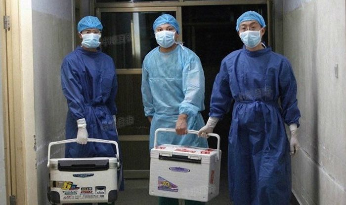 Chinese doctors carry fresh organs for transplant at a hospital in Henan Province on Aug. 16, 2012. (Screenshot/Sohu.com)