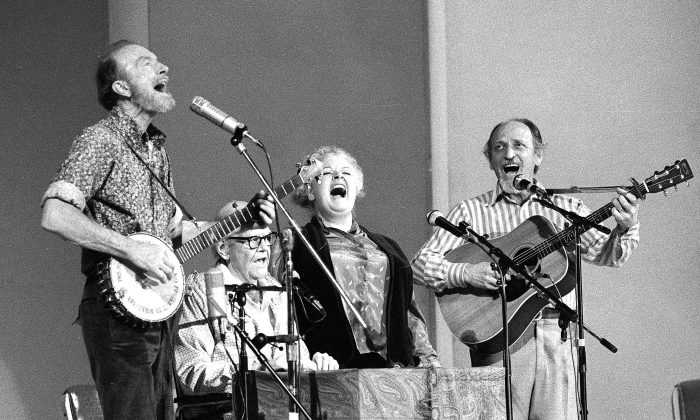 The Weavers perform in a 25th Anniversary reunion concert at Carnegie Hall in New York on Nov. 28, 1980. (L-R) Pete Seeger, Lee Hays, Ronnie Gilbert and Fred Hellerman. Hellerman died Thursday, Sept. 1, 2016 at his home in Weston, Conn., after a lengthy illness, his son Caleb Hellerman said. He was 89. (AP Photo/Richard Drew)