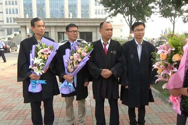 (L-R) Lawyers Zhang Zanning, Chang Bayang, Yu Wensheng, and Zhang Keke outside Tianjin Dongli People's Court in China on Sept. 13, 2016. (Epoch Times)