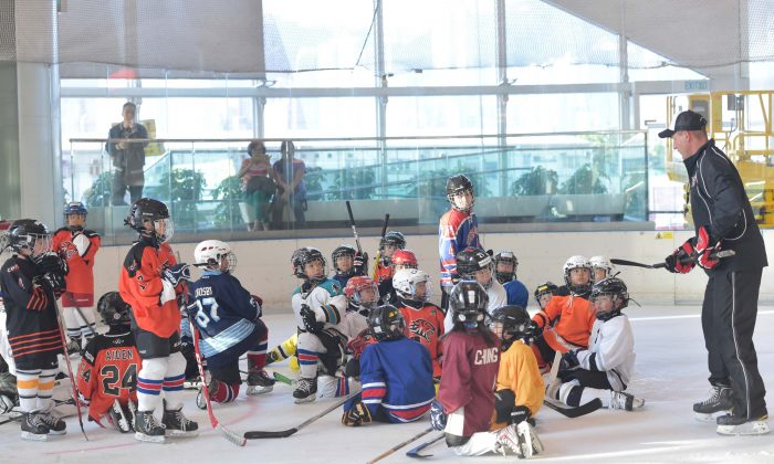 Brad Smyth, former NHL player, owner and head instructor for NHL Alumni Camps & Clinics, talks with Junior Tigers at their Pre-Season Training Camp, at Elements, Hong Kong on Sunday Sept 18, 2016. (Bill Cox/Epoch Times)