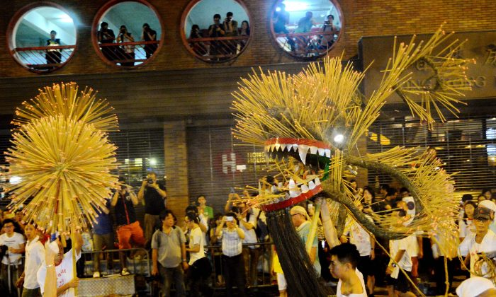 A fire dragon dance in Tai Hang. Fire dragon dances are held to celebrate the Mid-Autumn Festival in the areas of Tai Hang and Pok Fu Lam. (Song Biglong, Epoch Times)