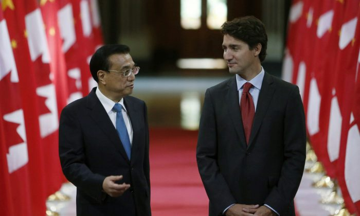Chinese Premier Li Keqiang and Canadian Prime Minister Justin Trudeau (left to right) stand in the Hall of Honour as they take part in a signing ceremony on Parliament Hill in Ottawa on Thursday, September 22, 2016. (The Canadian Press/Fred Chartrand)