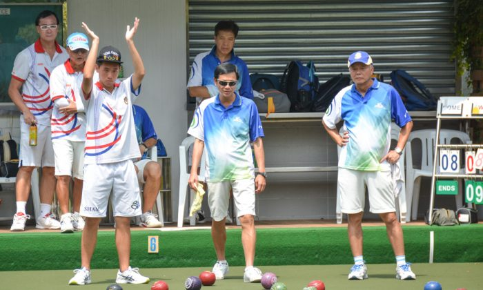 In the postponed game between the Police and Kowloon Bowling Green Club last Sunday, Sept 25, Martin Sham (hand raised) of KBGC applauds a good bowl from his skipper Anthony Yip (not in photo). The game finished at 14-14 but KBGC prevailed with a 3-5 victory.  The defeat pushed the Police team into big trouble and they need to win their last two games to survive. (Stephanie Worth)