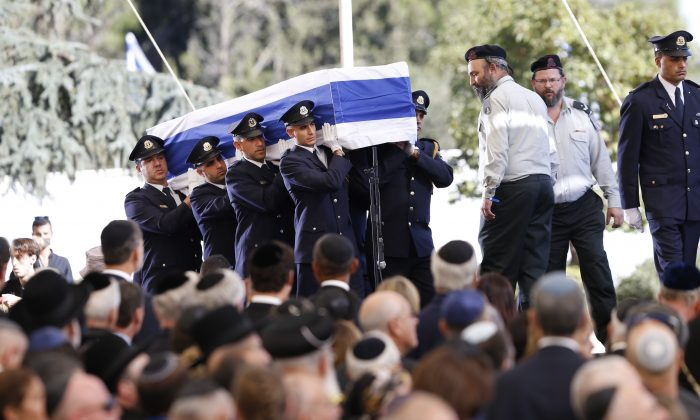 Knesset guards carry the flag-draped coffin during the funeral of former Israeli President Shimon Peres at the Mount Herzel national cemetery in Jerusalem, Friday, Sept. 30, 2016. (AP Photo/Ariel Schalit)