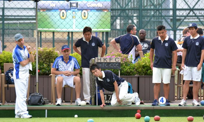 In the HKLBA Premier league match between HKFC-A and CCC, at HKFC on Saturday Oct 8, 2016 , all watch as Wong Chun Yat's wood approaches displaced jack. (Michael Worth)
