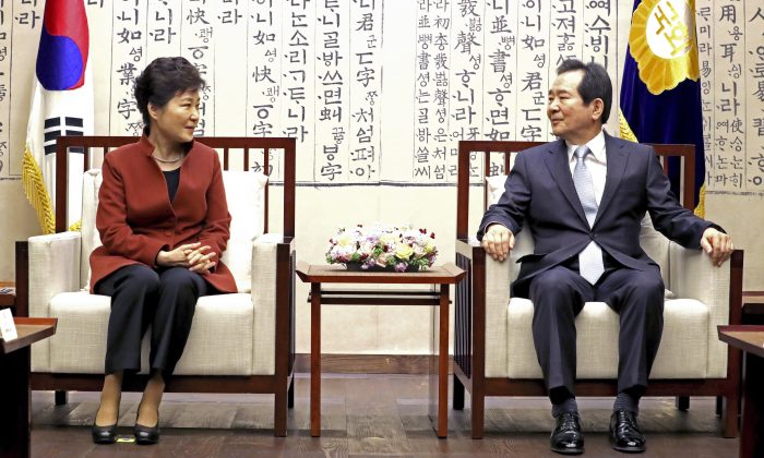 South Korean President Park Geun-hye, left, meets with National Assembly Speaker Chung Sye-kyun at the National Assembly in Seoul, South Korea, Tuesday, Nov. 8, 2016. South Korean prosecutors have raided the Seoul office of Samsung Electronics in connection with a snowballing influence-peddling scandal involving President Park Geun-hye's longtime confidante. (Back Seung-yul/Yonhap via AP)