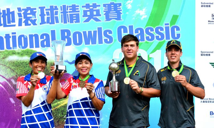 (L-R) Philippines' Rosita Bradborn and Sonia Bruce share their joy with Australian Corey Wedlock and Nathan Pederson after winning the women and men's pairs titles at the Hong Kong International Bowls Classic on Sunday Nov 13, 2016. (Stephanie Worth)