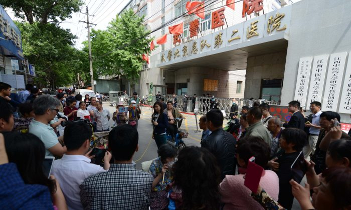 A crowd gathers outside the Second Hospital of the Beijing Armed Police Corps on May 4, 2016. (Epoch Times)