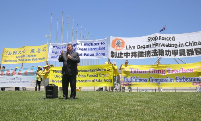 "Mr Craig Kelly, member of parliament for Hughes, speaks at Capital Hill spoke to the rally about ""why I have been proud to be co-chairmen of the Parliamentary group against forced organ harvesting."" Canberra, Australia, Nov. 21, 2016. (Linda Zhang/Epoch Times)"
