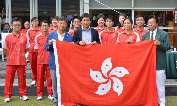 (L-R front row) Mr Ronnie Wong, Secretary General of the Sports Federation & Olympic Committee and Yeung Tak Keung, Commissioner for Sports, Hong Kong Government presented the Hong Kong flag to the team departing to Christchurch for the 2016 World Championship. (Stephanie Worth)