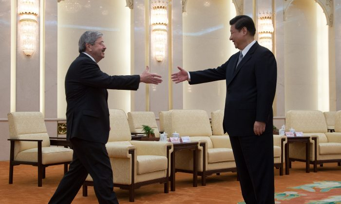 Iowa Gov. Terry Branstad meets Chinese leader Xi Jinping in Beijing on April 15, 2013. (Andy Wong-Pool/Getty Images)