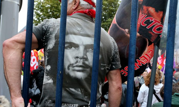 "A protester wears a t-shirt with a portrait of Argentinian communist leader Ernesto ""Che"" Guevara during a protest in front of the Palais de Justice of Amiens on Oct. 19, 2016. The whitewashing of figures like the murderous Guevara is an example of disinformation—the deliberate spread of false information to mold public opinion. (FRANCOIS NASCIMBENI/AFP/Getty Images)"