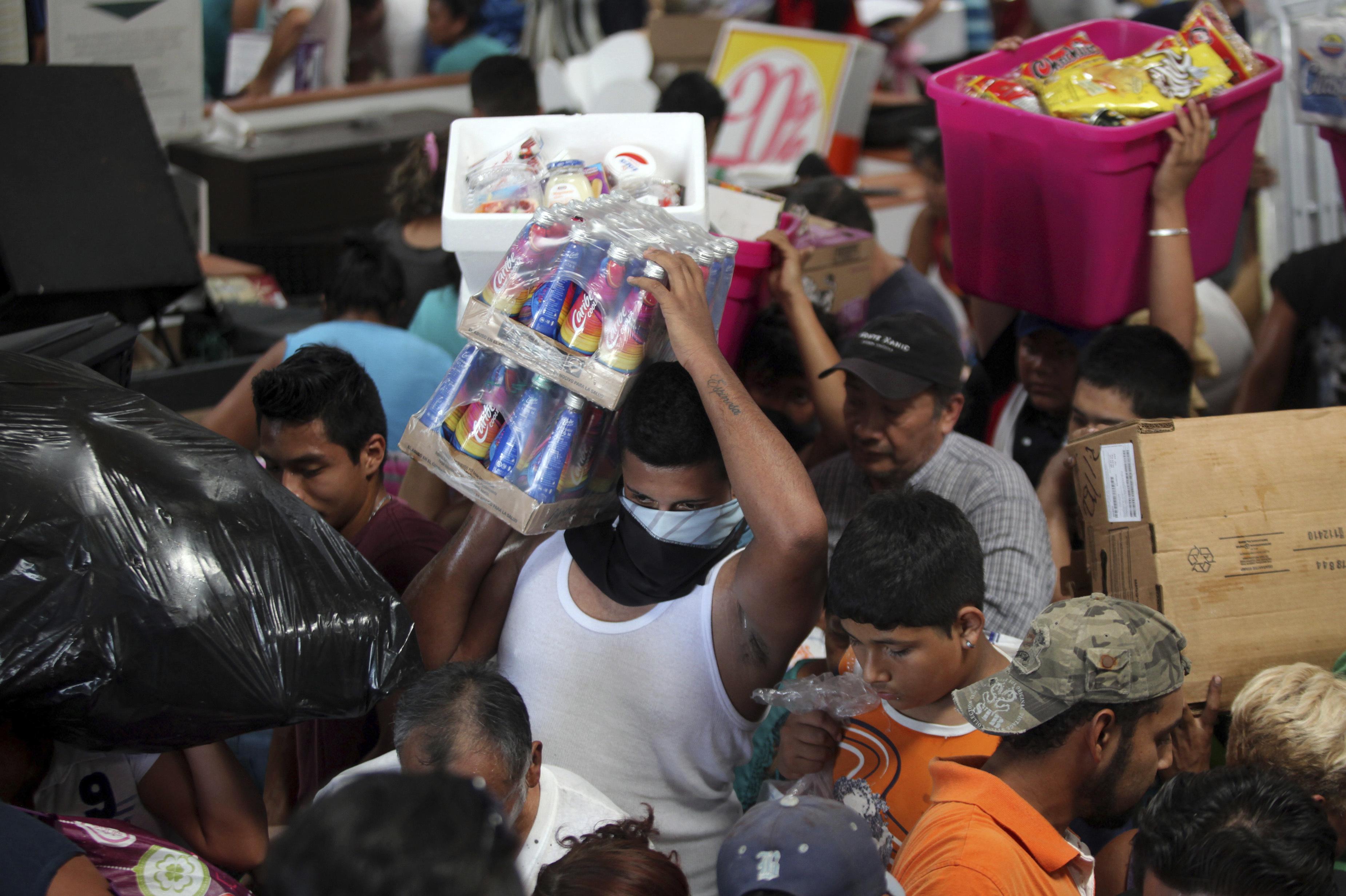 People ransack a store in Veracruz, Mexico on Jan. 5, 2017. (AP Photo/Felix Marquez)