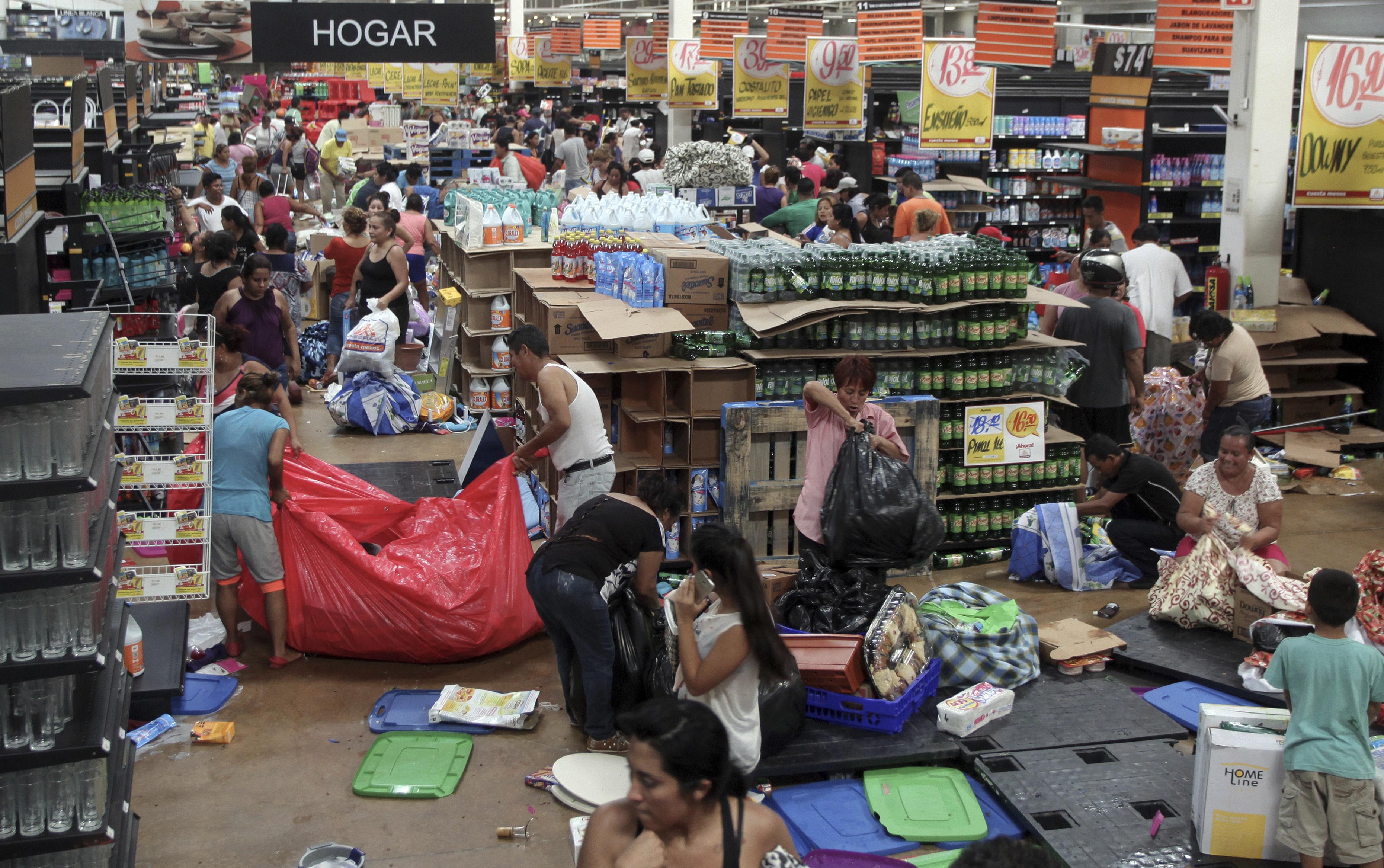 People ransack a store in Veracruz, Mexico onJan. 5, 2017. (AP Photo/Felix Marquez)