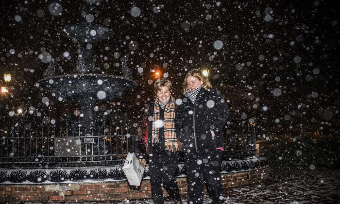 Lucinda Anderson, of Bowling Green, Ky., left, and her daughter Shaye Rabold, of Lexington, Ky., walk through Fountain Square Park to get to their car in Bowling Green, on  Jan. 5, 2017. (Austin Anthony/Daily News via AP)