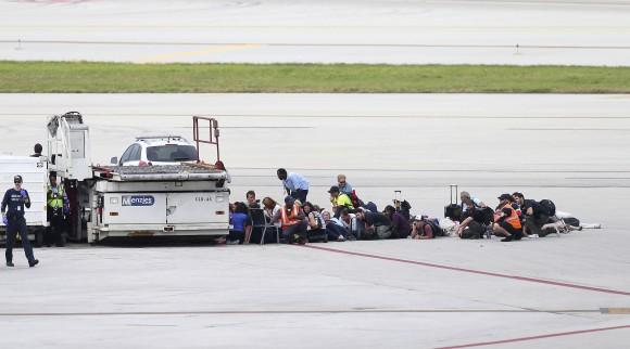 Passengers wait on the tarmac at Fort Lauderdale-Hollywood International Airport, Friday, Jan. 6, 2017, in Fort Lauderdale, Fla. (David Santiago/El Nuevo Herald via AP)