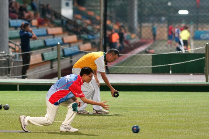 Kowloon Bowling Green Club's Raymond Ho (front) and Craigengower Cricket Club's Robin Chok defeated their opponents in the semi-finals of the National Knock-out Singles to enter the final last Sunday Jan 8, 2017. Ho beat Chok in the final to lift his third title. (Mike Worth)