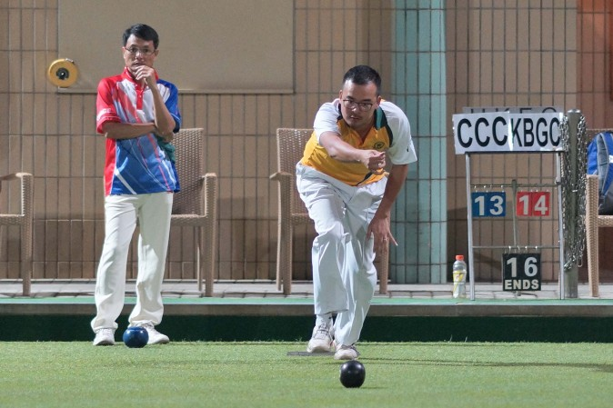 Craigengower Cricket Club's Robin Chok (delivering) tried hard against Kowloon Bowling Green Club's Raymond Ho in the finals of the National Knock-out Singles last Sunday Jan 8, 2017. But Ho finally beat Chok in the final to lift his third title. (Mike Worth)