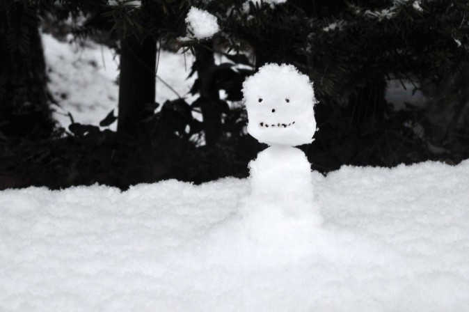 Figure 13 Due to the humidity in the air, the snow sticks together and can be formed and shaped with ease, which make building snowmen a breeze even to novices. (Sun Mingguo/Epoch Times)
